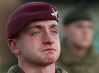 [Galerie] Un militaire s'empresse de saluer sa femme à son retour, mais il a une surprise quand il la voit
