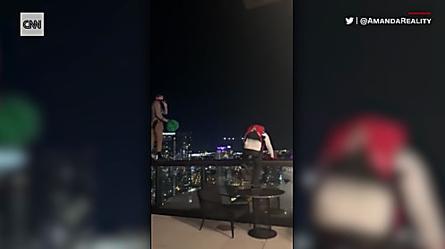 Graban a dos hombres saltando en paracaídas desde la terraza de un hotel en Nashville   Video