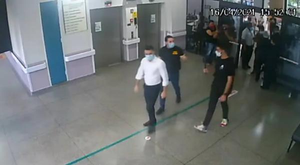 Governo de SP volta atrás e nega que deputados invadiram UTI de hospital