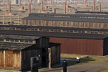 כתובות אנטישמיות באנגלית וגרמנית רוססו על צריפים באושוויץ-בירקנאו