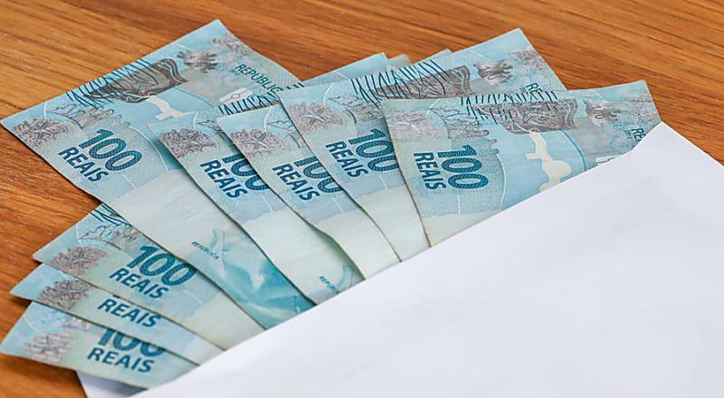 O homem que recebe dinheiro do seu banco regularmente