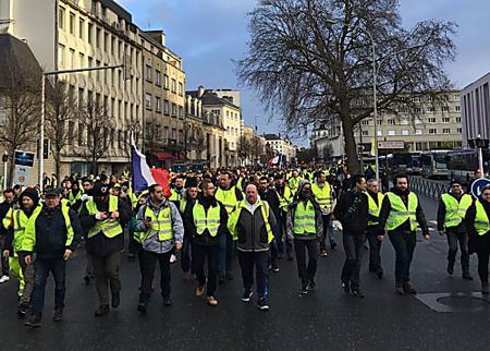 Plus de 1000 gilets jaunes dans les rues de Caen et un face à face avec les forces de l'ordre à Mondeville